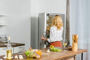 refrigerateur-femme-installation
